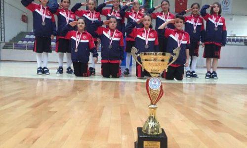 """Afyonkarahisar Yunus Emre Ortaokulu Kız Basketbol Takımı """"TYSD 90. YIL"""" Logolu Formaları İle Kupayı Kazandı"""